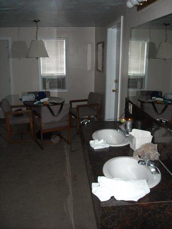 Lamplighter Inn: In-room sink and vanity