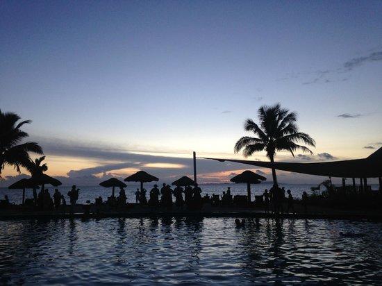 Wyndham Resort Denarau Island: sunset at pool