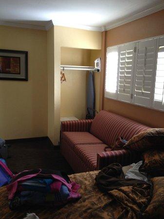 Anaheim Islander Inn and Suites : couch