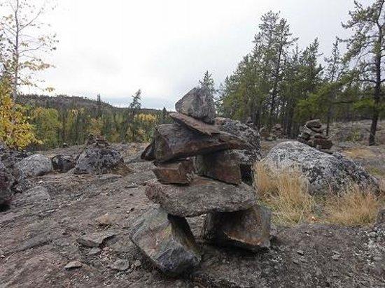 Cameron River Falls Trail: イヌクシュク。イヌイットの道しるべだった。