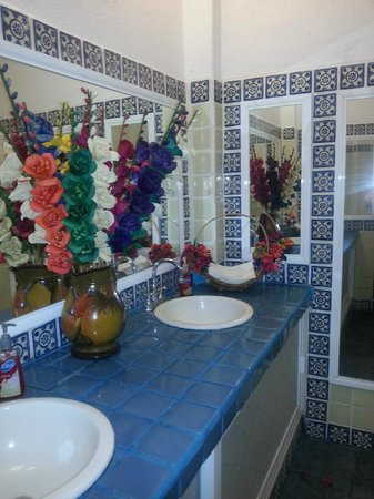 Su Casa: Super clean and colorful bathroom.