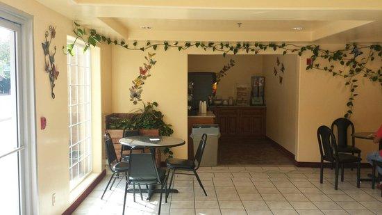 The Monarch in Mariposa: Breakfast area