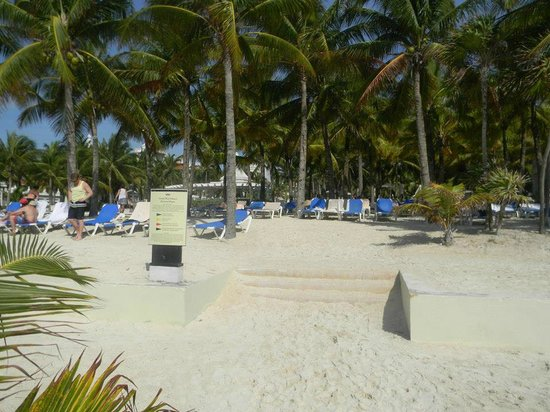 Hotel Riu Palace Riviera Maya: Beach PRIVATE AREA For Palace Guests Up The Stairs