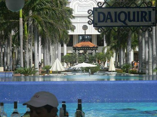 Hotel Riu Palace Riviera Maya: View Up Resort Ground From Pool Bar