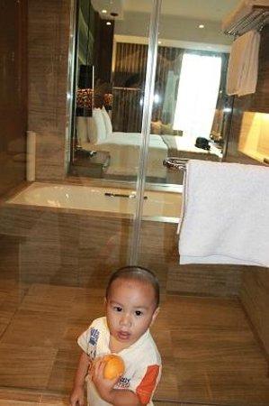 Marco Polo Ortigas Manila : view from the bathroom