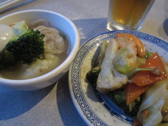 Lakeside Palace Chinese Restaurant : ワンタン麺と野菜炒め