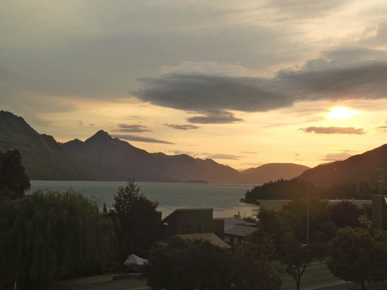 Copthorne Hotel & Apartments Queenstown Lakeview: Sunset from balcony