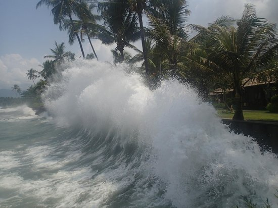 Rama Candidasa Resort & Spa: Waves crash every afternoon against the wall surrounding the resort