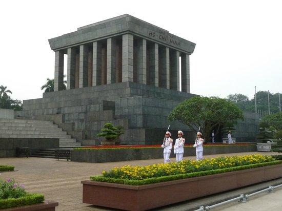 Mausolée de Hô Chi Minh : Смена караула у мавзолея Хо Ши Мина.
