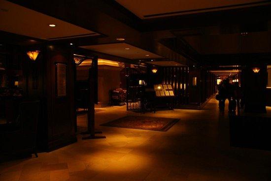 Rimrock Resort Hotel : 夜のロビー。