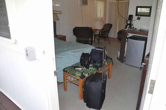 Aaron's Cottage : ドアから部屋の中を写す