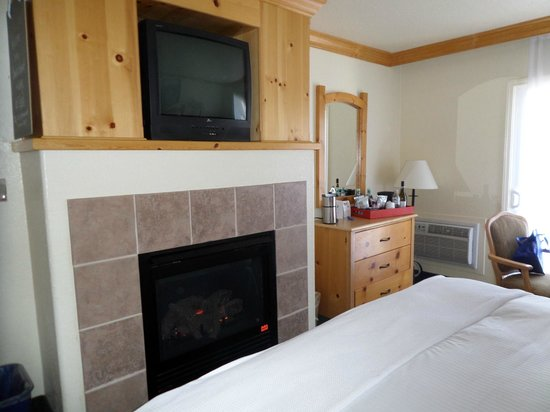Beach Retreat & Lodge at Tahoe: Real flame log gas fire in room