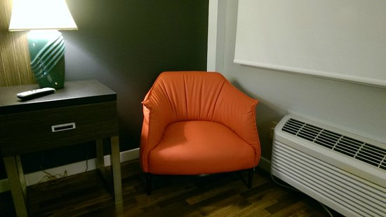 Best Western Inn At The Meadows : modern chair, but uncomfortable