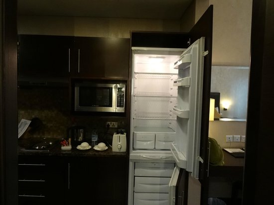 Tulip Creek Hotel Apartments : fridge