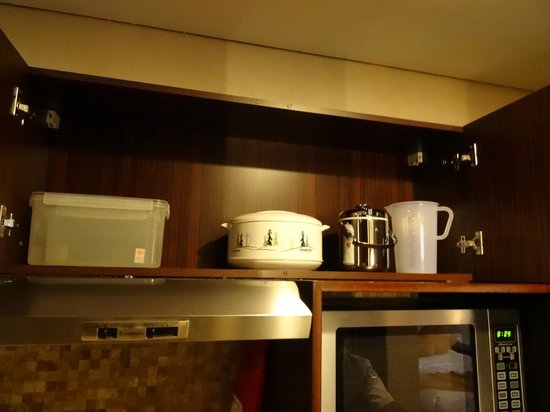 Tulip Creek Hotel Apartments : Kitchen utensils
