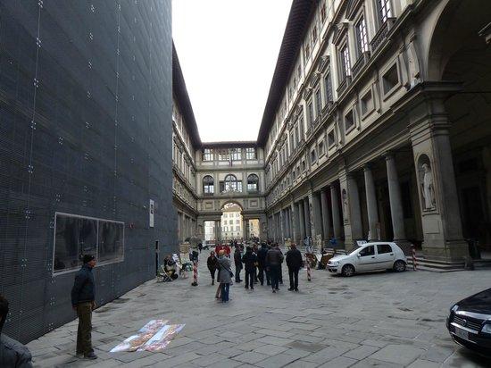 Galerie des Offices : Las dos alas unidas por el corredor vasariano