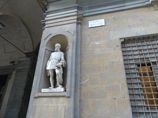 Galería de los Uffizi: Estatua de Cellini en la Piazzale degli Ufizzi