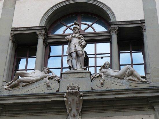 Galerie des Offices : Estatuas en el exterior de la galeria