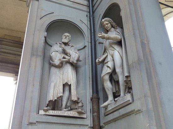 Galería de los Uffizi: Estatua de Galileo en la Piazzale degli Ufizzi