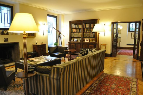 Relais 6: Comfy main lounge with library, fireplace, & nice decor