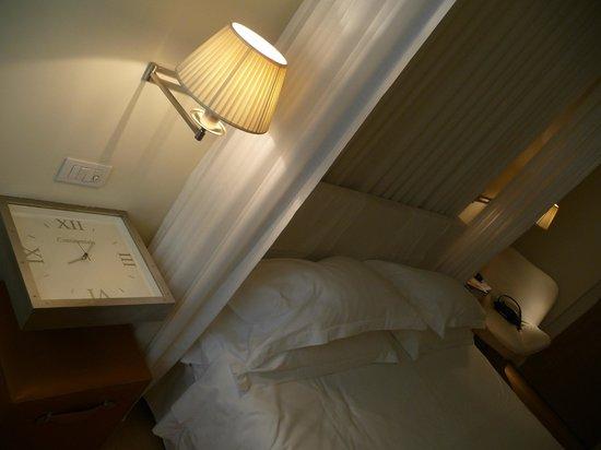 Continentale: Clock nightstand