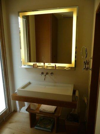 Continentale: Nice bathroom sink area
