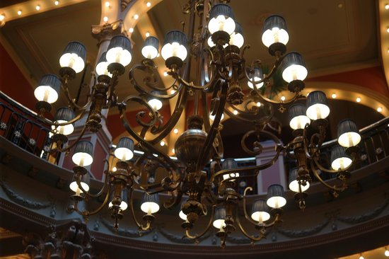 Hotel Des Indes, a Luxury Collection Hotel: Beautiful chandelier