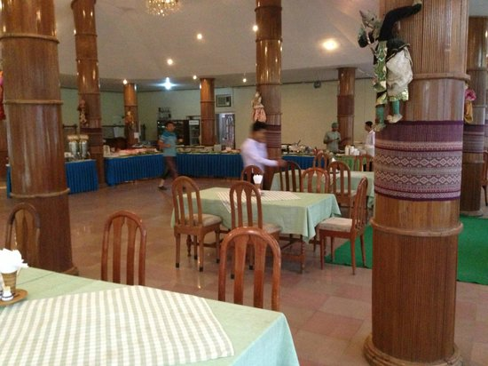 Thante Hotel Nyaung Oo : The large rather empty dining room