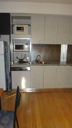 BreakFree on Collins: Kitchen area
