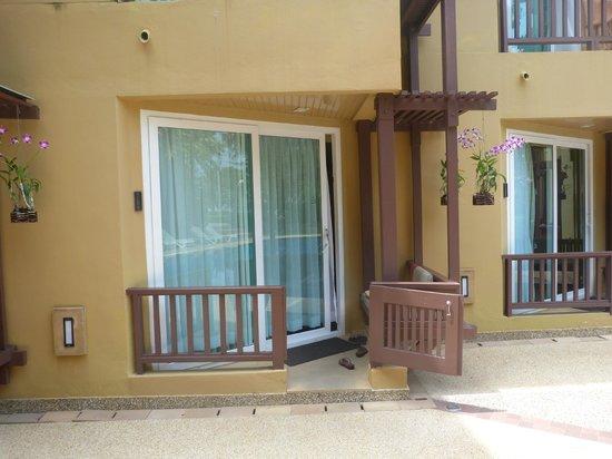 Katathani Phuket Beach Resort: private balcony