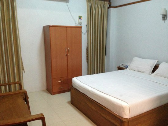 Aung Tha Pyay Hotel: Double bedroom