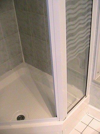 Jurys Inn Edinburgh: Clean shower area