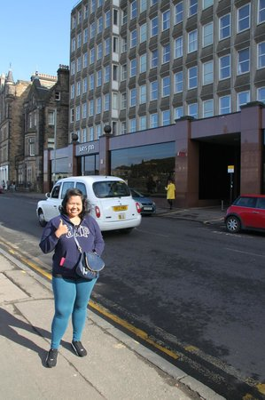 Jurys Inn Edinburgh: In front of Jurys Inn