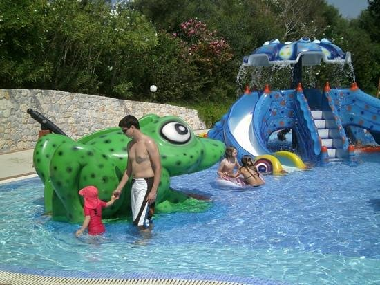 Pilot Beach Resort : Part of the pool dedicated to children with slides
