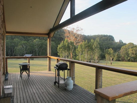 Yering Gorge Cottages: Veranda and view