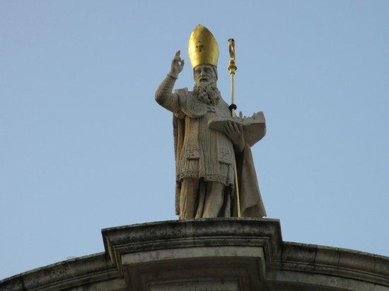 Placa Thoroughfare (Stradun): ヴラホ教会の朝日に輝く聖ヴラホ像