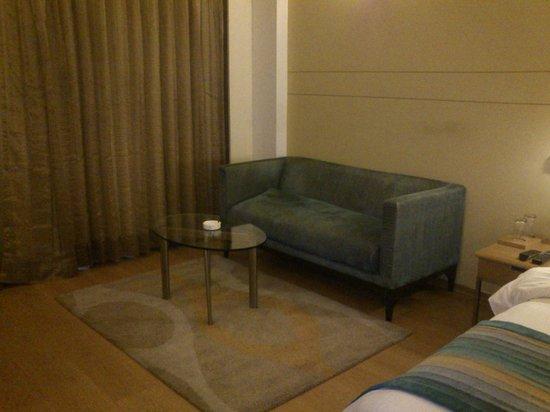 Lemon Tree Hotel, East Delhi Mall, Kaushambi: Sofa in the room