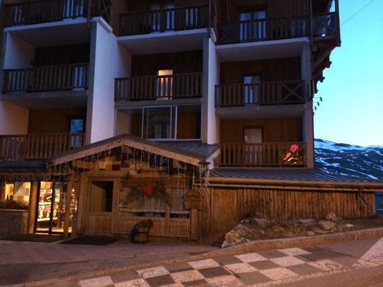 Hotel Le Gentiana: Hotel front in evening