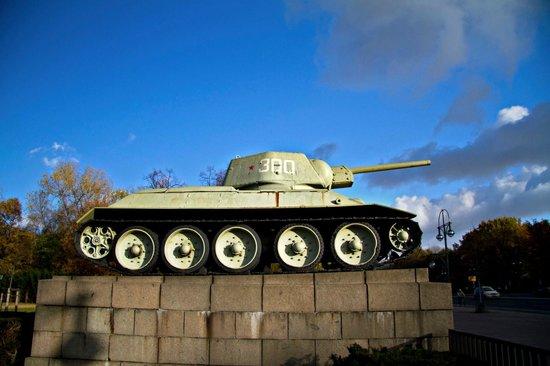 Sowjetisches Kriegsdenkmal: T-34 Tank