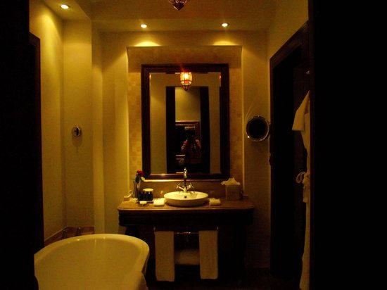Sofitel Bahrain Zallaq Thalassa Sea & Spa: huge bathroom