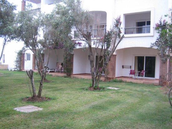 Robinson Club Agadir : jardin, chambres et terrasses à l'extérieur.