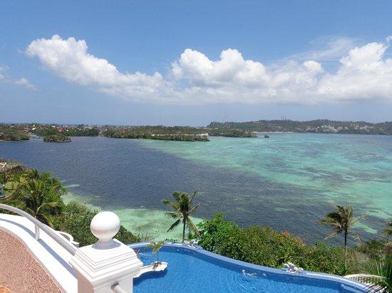 Lingganay Boracay Hotel Resort : вид со стороны бассейна