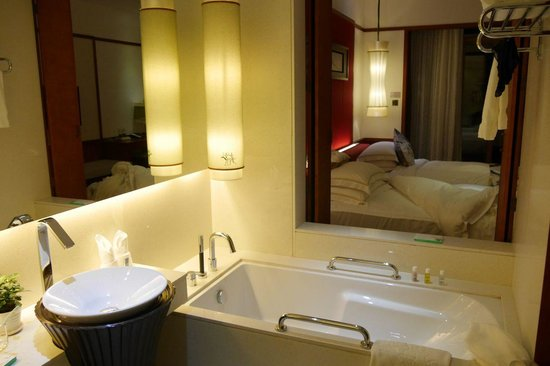 Lordpan's Shenzhenair Hotel: A window between the bathroom and the sleeping room