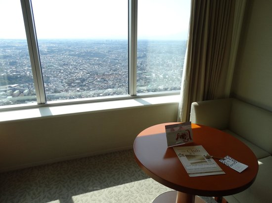 Yokohama Royal Park Hotel : Sofa and coffee table