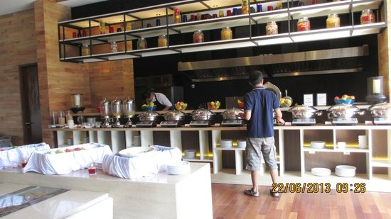 Four Points by Sheraton Bali, Seminyak: Buffet breakfast at Devali restaurant