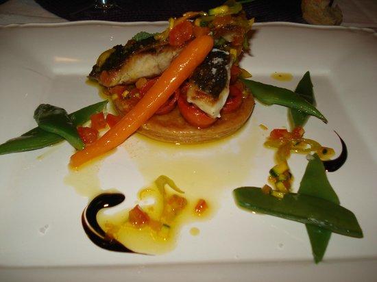 L'Armandine : Dos de bar sur tatin de petites tomates confites et légumes de saison