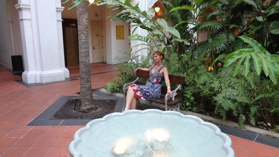 Raffles Hotel Singapore: Один из двориков в отеле Раффлз
