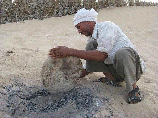 Sahara Desert : 砂漠の砂で焼くパン、もううますぎです。