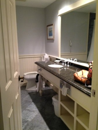 York Harbor Inn : Huge bathroom