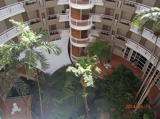 DoubleTree by Hilton Hotel Cairns: open air foyer.